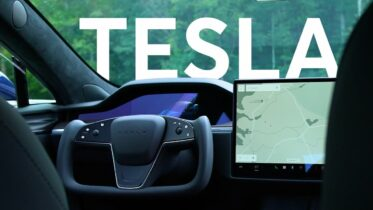 2021 Tesla Model S Steering Yoke First Impressions | Talking Cars #325 14